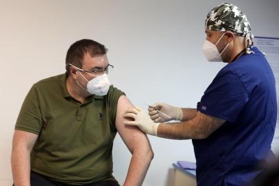 Ваксинирането срещу  Ковид-19 започна, пръв се имунизира  здравният министър